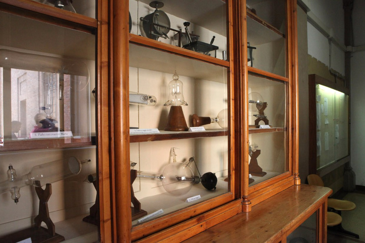 In the corridors: wardrobe with period scientific objects. Today part of the path of the Chemistry museum