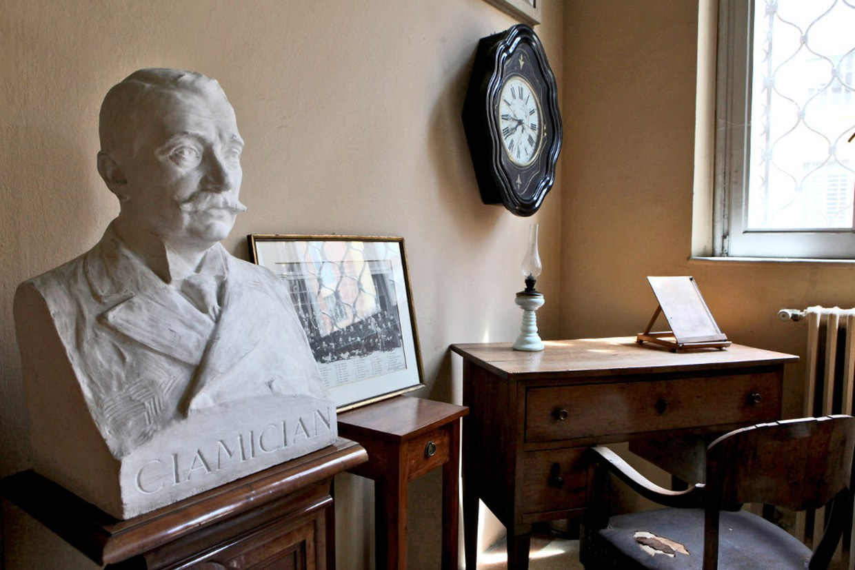 """Today: the """"Ciamician's corner"""" in the entrance hall of the Department, with the furnishing and the bust"""